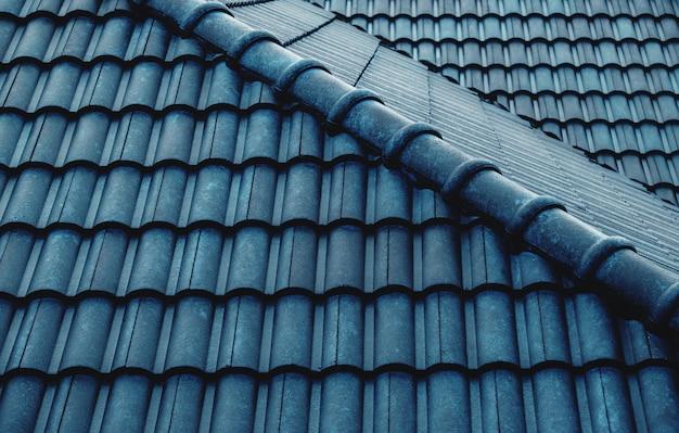 Tuiles bleues sur le toit Photo Premium