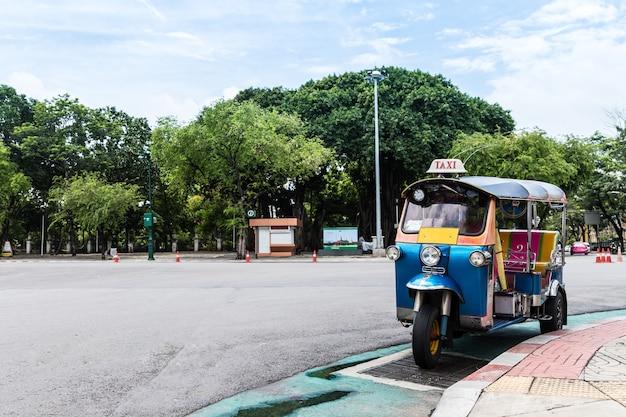 Tuk tuk parking dans la rue en attendant le touriste Photo Premium