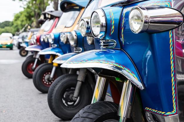 Tuk tuk parking est une rangée dans la rue en attendant le touriste Photo Premium