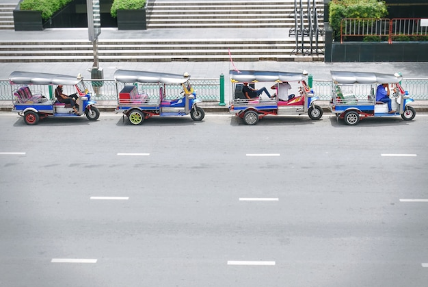 Tuk tuk taxi à bangkok en thaïlande en attendant les passagers Photo Premium
