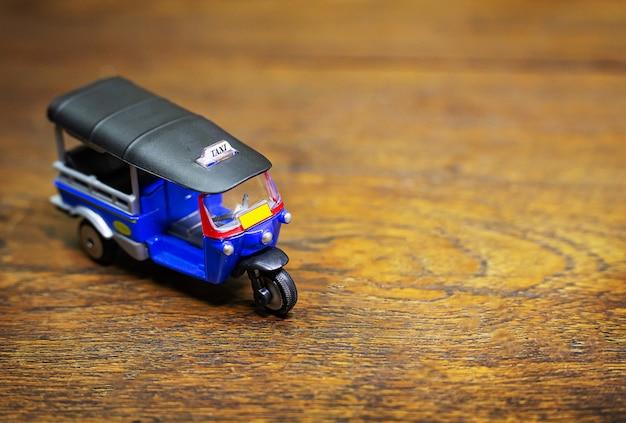 Tuk tuk taxi jouet sur table en bois Photo Premium