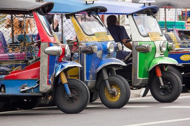 Tuk tuk à une voiture unique en thaïlande Photo Premium
