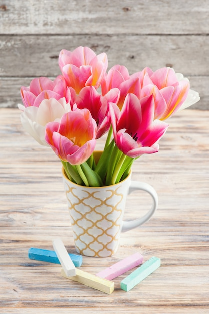 Tulipes blanches et roses et craies pastel Photo Premium