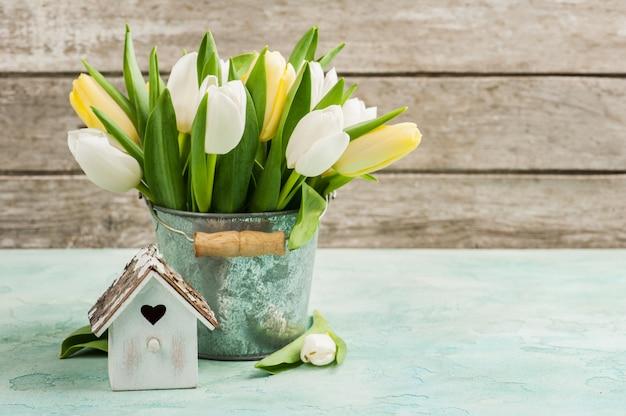 Tulipes, cabane à oiseaux sur béton Photo Premium