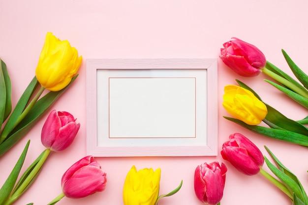 Tulipes Et Cadre Photo Sur Rose Photo Premium