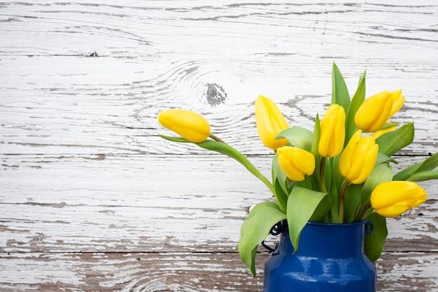 Tulipes Dans Un Vase Photo gratuit