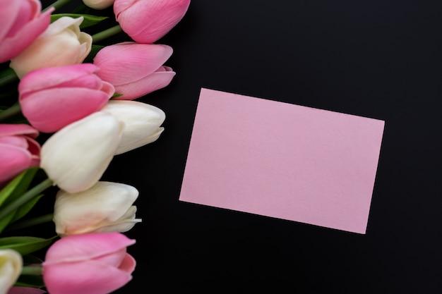 Tulipes Sur Fond Noir Avec Carte De Voeux Photo gratuit