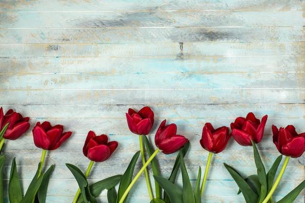 Tulipes sur un fond de patern en bois Photo Premium
