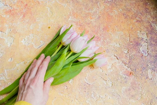 Tulipes Sur Fond Rustique Jaune. Photo Premium