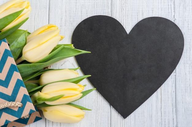 Tulipes jaunes dans un emballage kraft Photo Premium