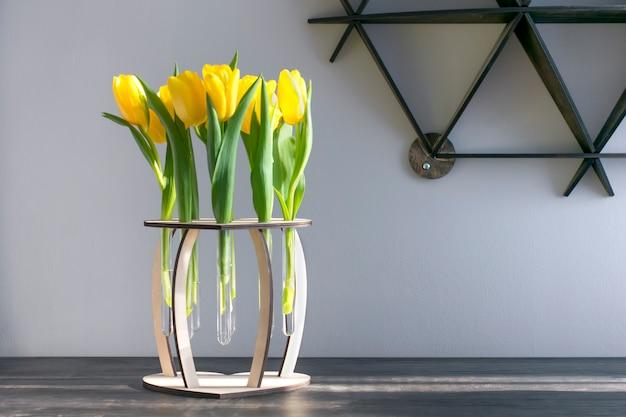 Tulipes Jaunes Dans Un Vase En Bois Sur La Table. Copiez L'espace. Photo Premium
