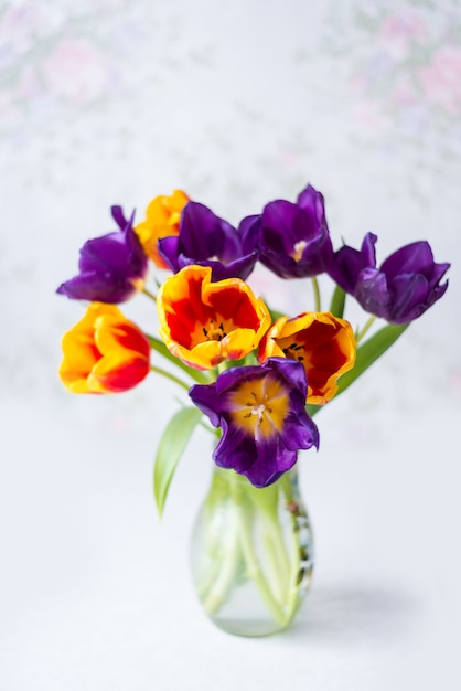 Tulipes Multicolores Dans Un Vase. Bouquet De Vacances De Printemps Photo Premium
