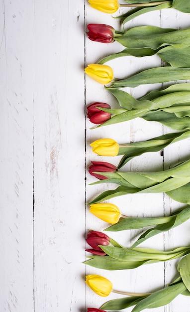 Tulipes sur des planches de bois blancs Photo Premium