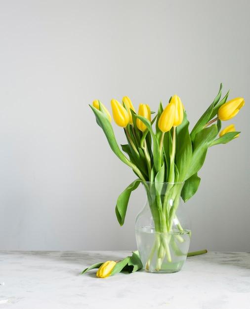 Tulipes De Printemps à Angle élevé Dans Un Vase Photo gratuit