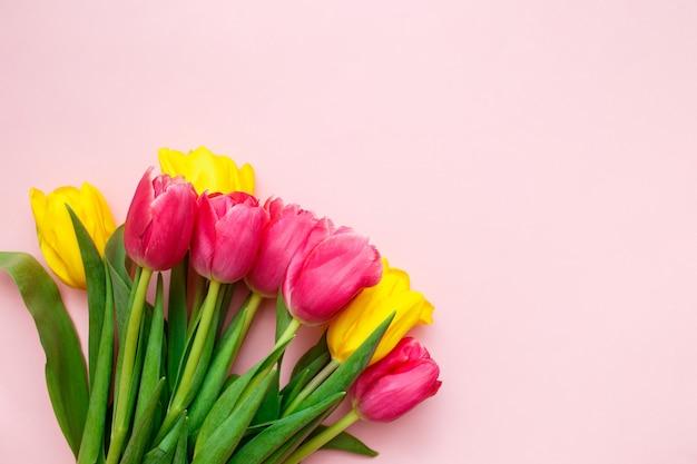 Tulipes Roses Et Jaunes Sur Rose Photo Premium