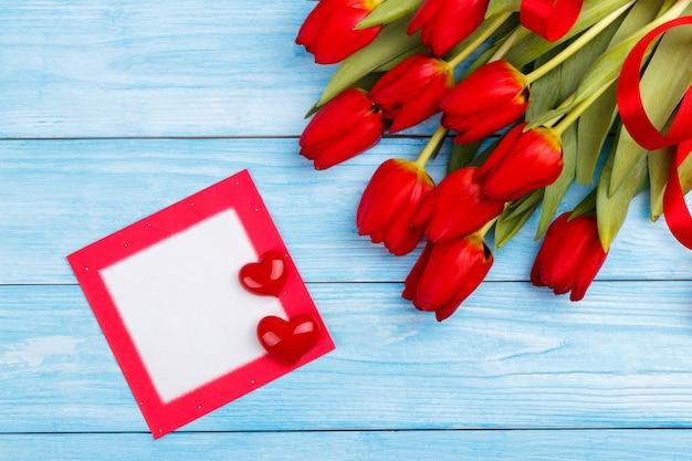 Tulipes rouges sur une table en bois Photo Premium