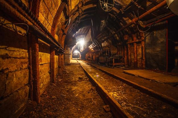 Tunnel minier souterrain avec rails Photo Premium