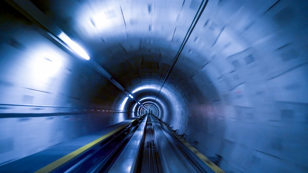 Un Tunnel Pour Les Trains à L'aéroport De Zurich, Concept Vitesse Et Technologie Photo Premium