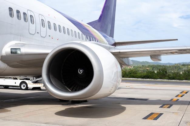 Turbine de l'avion moteur 737-400 en arrière-plan de l'aéroport tropical. Photo Premium