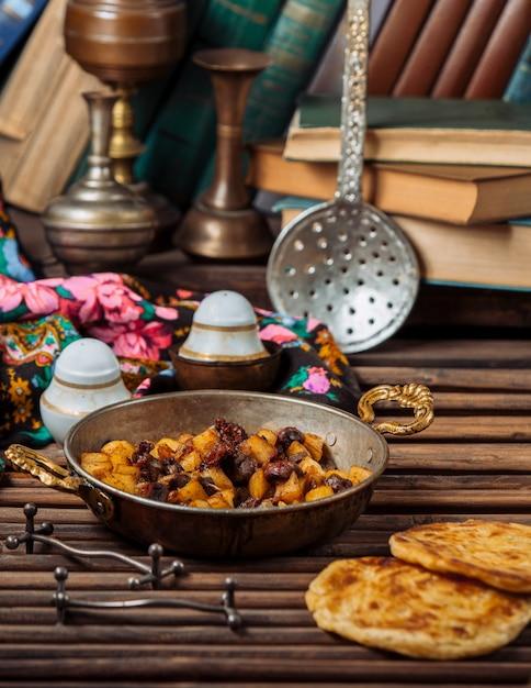 Turshu govurma avec des fruits secs dans une casserole en cuivre .image Photo gratuit