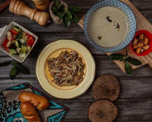 Turshu govurma, repas caucasien avec soupe crémeuse aux champignons Photo gratuit