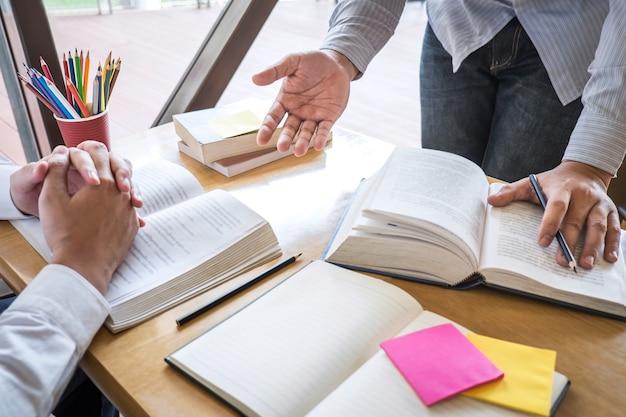 Tuteur, apprentissage, education, groupe, adolescent, apprendre, nouvelle leçon, connaissance, bibliothèque Photo Premium