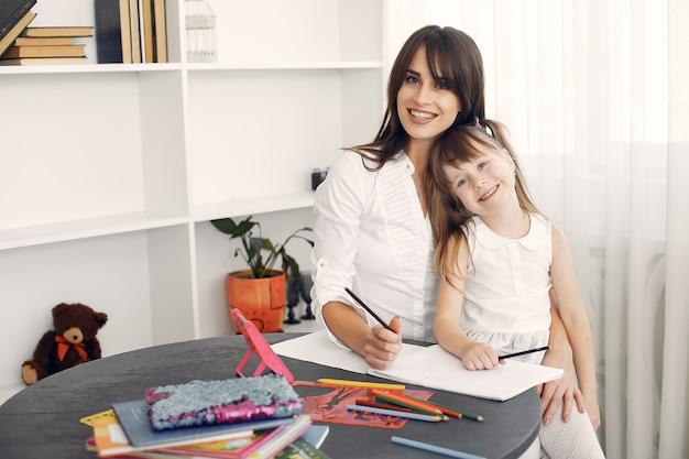 Tuteur Avec Petite Fille étudie à La Maison Photo gratuit