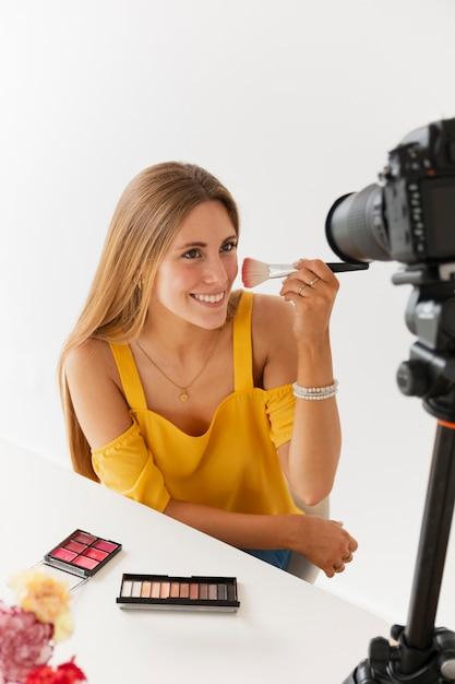 Tutoriel De Maquillage Avec Belle Femme Photo gratuit