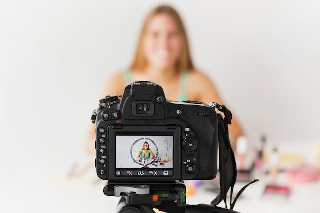 Tutoriel vue de face avec une jeune femme Photo gratuit