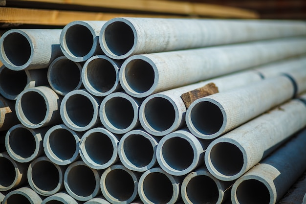 Tuyau de béton en amiante empilé pour utilisation dans la construction. Photo Premium