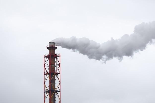 Tuyau Métallique D'où Provient De La Fumée Blanche Sur Ciel Nuageux Photo Premium