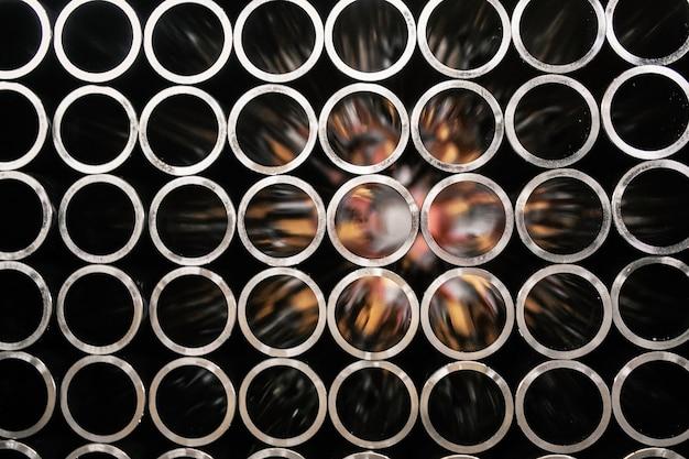 Tuyaux d'acier sur noir et blanc Photo Premium