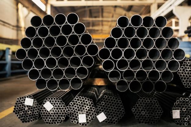 Tuyaux métalliques sur entrepôt, rangées de tuyaux métalliques sur entrepôt industriel. Photo Premium