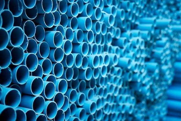 Tuyaux pvc bleus empilés Photo Premium