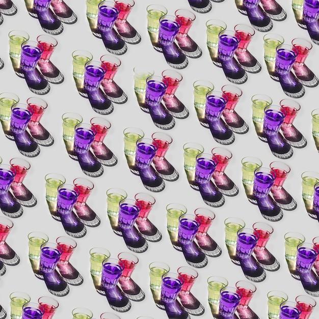 Type différent de jaune; modèle de verres liquides violet et rouge sur fond blanc Photo gratuit