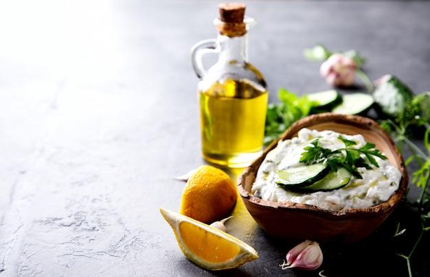 Tzatziki sauce grecque traditionnelle aux ingrédients concombre Photo Premium