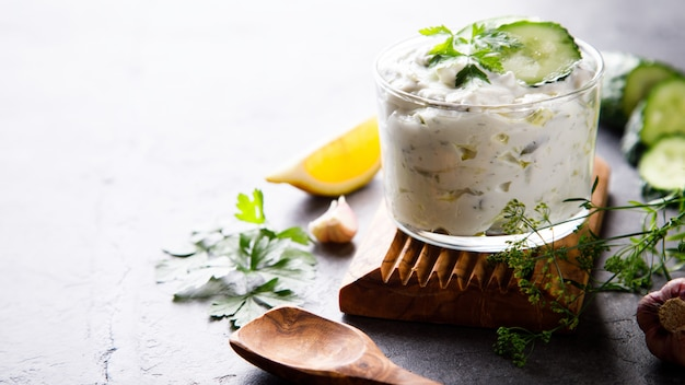 Tzatziki sauce grecque traditionnelle aux ingrédients concombre Photo Premium