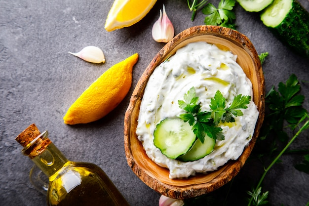 Tzatziki sauce grecque traditionnelle avec ingrédients Photo Premium
