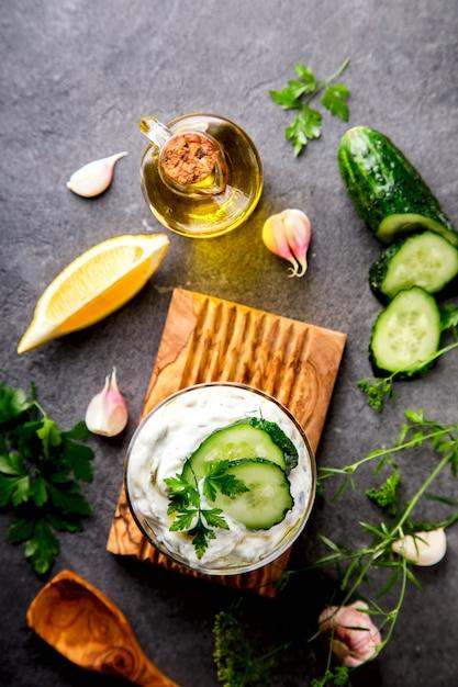 Tzatziki sauce grecque traditionnelle avec ingrédients Photo Premium
