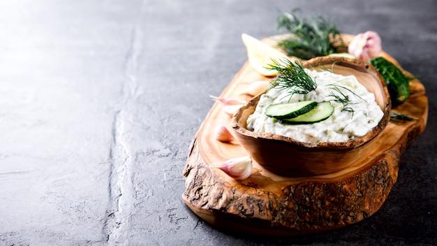 Tzatziki sauce grecque traditionnelle Photo Premium