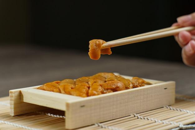 Uni Sushi En Baguettes. Oursin (uni Sashimi), Cuisine Japonaise. Photo Premium