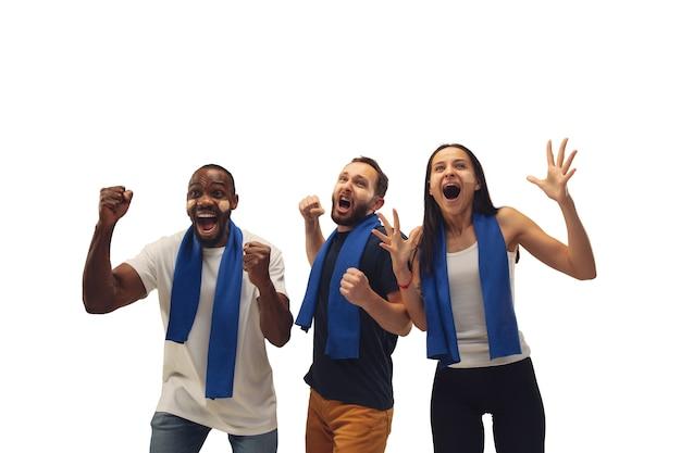 Unité. Fans De Football Multiethniques Acclamant L'équipe Favorite Avec Des émotions Vives Isolées Sur Fond Blanc. Photo gratuit