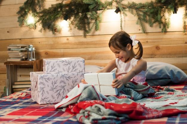 Unpucking, célébration, noël, nouvel an, heure d'hiver, vacances, père noël, enfance Photo Premium