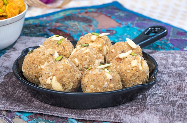 Urad ou methi laddu Photo Premium