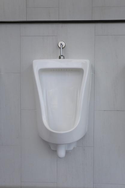 Urinoirs Blancs Dans La Salle De Bain Des Hommes De Décoration Intérieure. Photo Premium