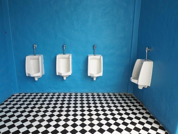 Urinoirs Blancs Dans La Salle De Bain Mens Photo Premium