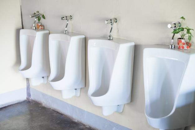 Urinoirs Blancs Dans Les Toilettes Publiques Pour Hommes Photo Premium