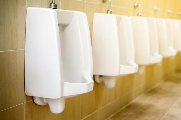 Urinoirs en céramique blanche pour toilettes pour hommes Photo Premium