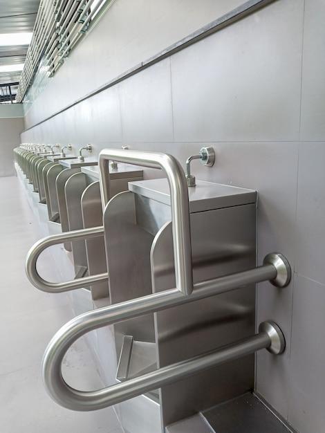 Urinoirs En Porcelaine Pour Infirmes Et Personnes âgées Dans Des Toilettes Publiques Photo Premium