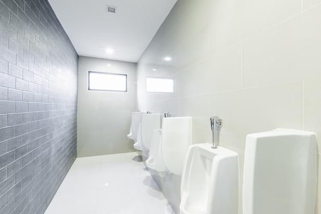 Urinoirs de toilettes publiques alignés Photo Premium